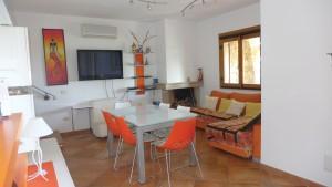 [:de]Wohnzimmer mit Essplatz[:it]soggiorno con zona pranzo